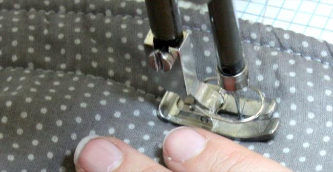 Surpiquer le tapis de jeu nomade à la machine à coudre